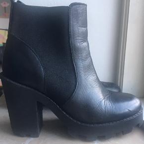 Chelsea boots med plateausål. Ægte læder.   Superfede med en feminin, flagrende kjole på