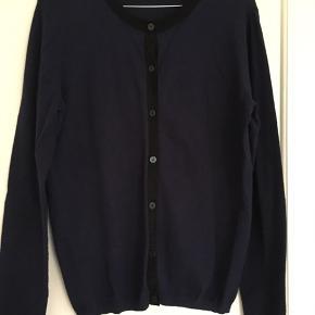 Flot og enkel cardigan i marineblå. Med sorte kanter m lidt glimmereffekt. Sælger den også i nude.  Længde: 63 cm Omkreds bryst: 102 cm Fra skulder til skulder: 46 cm