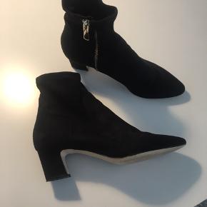 Støvler fra H&M, fra sidste år. Brugt 2 gange. Ruskinds look, og i super pæn stand, skønne at have på. Størrelsessvarende.