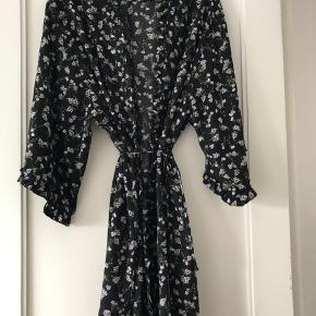 Så fin slå om kimono fra Envii i str M.  Sort bund m/blomster.  100 % polyester  Som ny 😊 MP: 150,-kr pp  BYTTER IKKE