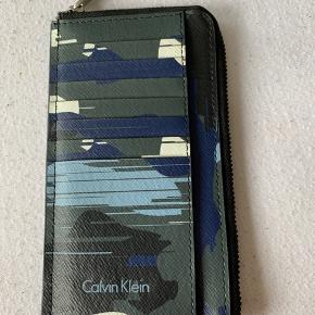 Calvin Klein camo kortholder / pung  Virkelig rummelig og perfekt størrelse   Fejler intet og er ligesom ny da den desværre aldrig er blevet brugt rigtigt 🍀