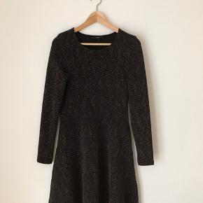 Vero moda kjole i str xs. Fremstår næsten som ny.  Jeg tager ikke billeder med tøjet på! Kan afhentes i Ørestad eller sendes på købers regning.