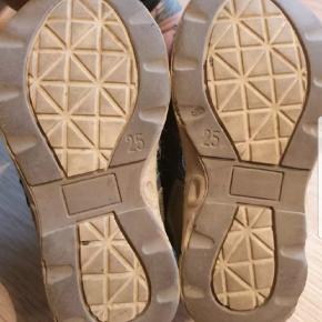 Bobbi shoes sandaler. Sålen fejler ingenting men de er slidte ovenpå efter mange ture på løbecykel