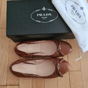 Prada belerina shoes som ny, str 39 . alt originalt medfølger. Kasse, kvit osv. Jeg har købt dem den fra trendsales men de er desværre for store (min str 38) . Bytter gerne med 38..