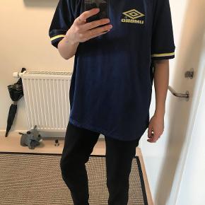 Oversize t-shirt fra Umbro i sports-lignende tekstil. Brugt få gange.
