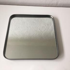 Et helt nyt og smukt spejl fra Hübsch med ramme i jern, str. 31x4x31. Desværre et fejlkøb.
