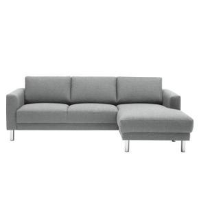 Super flot og dejlig sofa fra ILVA. Model Cleveland / Andorra. Sofaen er dog ombetrukket med andet ekslusivt stof fra ilva, da jeg ikke brød mig om det originale. Stoffet er 80% uld, har en super flot rolig grå farve og det er lækkert blødt.  Sofaen er 1,5 år gammel, er så god som ny.   Nypris 7.979 (sofa 5.599, stof 2.380)  H: 81cm, L:231cm, B:140 (dybeste sted)
