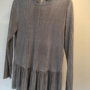 Varetype: Bluse Farve: Sølvgrå Oprindelig købspris: 450 kr. Prisen angivet er inklusiv forsendelse.  Utrolig sød bluse brugt en enkelt aften, da den desværre lige er det mindste til mig. Fremstår som ny. Måler ca 104 cm i brystmål. Handler kun med mobilepay og sender med Dao