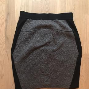 Carmakoma str. XS. Nederdel i stof med stræk. Taljemål: 80 cm. Længde: 55 cm.