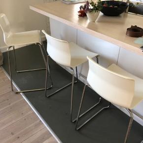 3 stk barstole fra IKEA, prisen er samlet og de sælges samlet 😊 den ene har lidt nuanceforskel i sædet men det kan hurtigt dækkes til med tæppe eller lignende. 66 cm siddehøjde.