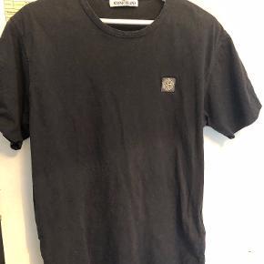 Hej. Jeg sælger min Stone Island t-shirt. Den er brugt maks 15 gange og står derfor helt fin, uden nogle huller eller andre ting.  Mener den kostede cirka 700 kr. for ny.  Prisen er fast 400 kr., hvilket er inkl fragt :)