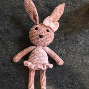 Sød hæklet kanin i økologisk bomuldsgarn. Aldrig brugt. Kan også laves på bestilling i andre farver.