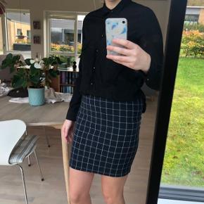 KØB SÆTTET FOR 180 INKL FRAGT!   Nederdelen fra modstrom str small. Sælges seperat for 90 kroner ekls fragt.  Sort skjorte fra GOA. Sælges seperat for 85 eksl fragt❤️🍁