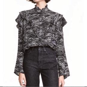 Super fin zebra stribet skjorte med flæser  fra h&m trend. Str. 34. Brugt en enkelt gang. Den er oversize i fittet. Jeg bytter ikke.