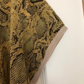 Lækker Lacony tunika i viskose med guldglimmerkant, lidt længere i siderne. Bm ca  2x67 cm Hel længde ca 83 cm og længere i siderne. Bytter ikke