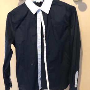 Super fed skjorte. Mørkeblå med hvide kanter. Sidder perfekt. Er som ny