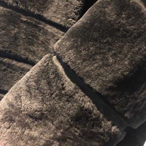 Super smuk pelsjakke fra Meotine L/XL men mest en L, da de er lidt små i str. Sælges da jeg har købt en anden jakke.