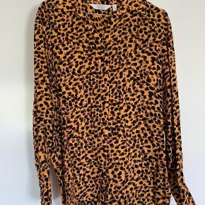 Leopard mønstret skjorte fra & orker stories. Aldrig brugt.
