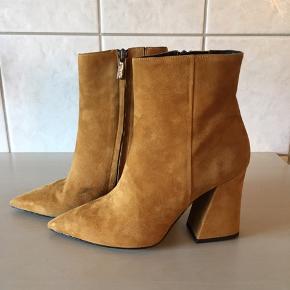 Vidunderlige støvler fra Apair, brugt en enkelt aften. Har et lille ubetydelig mærke på indersiden af den ene støvle. Skjult indvendig lynlås, skindbeklædt hæl på 9,5 cm  Købspris 1999,-