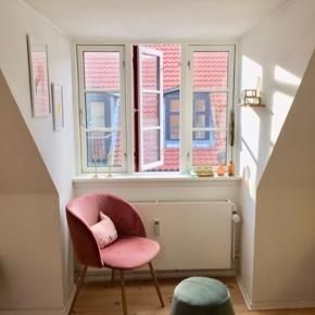 Smuk og blød rosa velour, yderst behagelig stol til spisebordet, som fashion item i hjørnet, til soveværelset or anywhere.   Alle 3 velour stole er til salg kr. 250 Per stk.