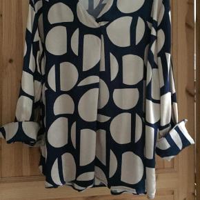 Varetype: Langærmet Farve: Blå  Smuk silke agtigt skjorte fra Ellos str 52 i mørkeblå og beige. 100% viskose . Sidder og falder rigtig flot . Kan godt bruges af str. 48/50