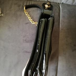 Beskrivelse Varetype: smuk og classy taske i ægte læder.guldkæder.giver et eksklusivt råt look. Størrelse: 19cmhøj.22.cmbred.11cm i siden.63cm kæde. Farve: Sort Oprindelig købspris: 12000 kr.  overvejer at sælge eller bytte denne elegante, men samtidigt ultra sexede taske, grundet jeg har brug for en større taske, som kan rumme noget mere.   den er næsten ikke brugt.tags medfølger.købt hos Holly Golightly. se serie nr. bemærk venligst at YSL har skiftet navn til Saint Laurent og derfor er denne taske med YSL mere eftertragtet, da de ikke fås længere med YSL.  bytter udelukkende til tasker som er store,sorte og fra følgende mærker: YSL, givenchy, Céline, Chanel,Balenciaga. jeg bytter desværre ikke til noget som helst andet og jeg vil kun bytte til disse mærker.  ellers er i velkomne til at komme med kvalificerede bud.ingen skambud tak.skambud besvares desværre ikke.  jeg beholder den hvis en tilfredsstillende pris ikke opnås.sparer sammen til en rejse.  tasken kan verificeres hos Holly Golightly, hvis dette ønskes.jeg mødes gerne i KBH K. tasken er blevet verificeret hos purseforum.link kan sendes. derved ingen tvivl mht ægthed. hader kopivarer.    tasken er i Patent leather, som er læder der er slebet, så det fremstår med en glossy overflade. den rummer alligevel en del og har flere rum indeni. fremstår faktisk som ny.man kan ikke rigtigt se den har været brugt.  mål: 19 cm høj 22 cm bred 11 cm side 63 cm kæden.  glæder mig meget til at høre fra jer:) <3 tasken kan naturligvis fremvises i KBH K. sender gerne extra detalje fotos. MP fra 6000 kr. fast pris.