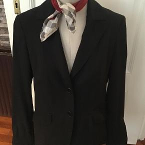 Varetype: Blazer Farve: Sort  Lækker blazer Materiale 60% uld 38% polyester 2% elastan