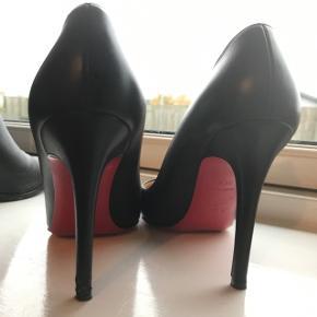Skoene er en str. 38,5 Køb i Barneys i Seattle for  675 dollars  Skoene er brugt 2-3 gange, hælen på venstre sko har min hund bidt lidt i, hvilket IKKE er synligt når man har dem på. Billeder kan sendes af hælen.  Den røde sål bliver slidt af, i det de tages i brug, man kan tage dem til en skomager og få lagt et rød lag under.