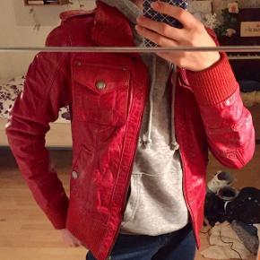 Rød læder jakke. Købt i Berlin. Købt for lille. Passer en størrelse XSmall og Small😊