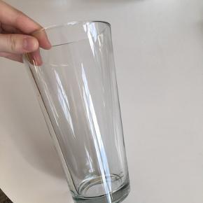 En sød vase fra Ikea, formet som en omvendt kegle. Byd!