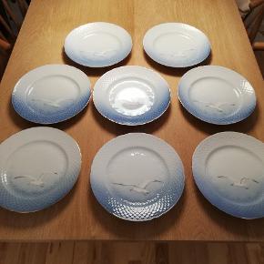 8 stk middagstallerkner fra Bing og Grøndahl. 2.sortering og med guldkant. Kom med et bud.