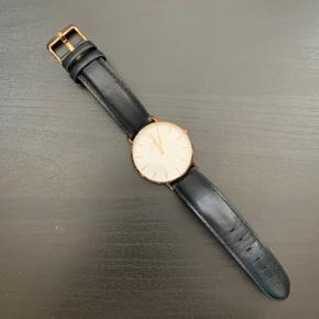 Daniel Wellington Classic Sheffield ur sælges. Urskiven er 36 mm. Guld med sort rem. Æske haves. Har ikke kvittering, da det var en gave.