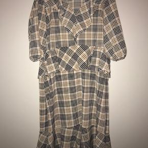 Fin mellemlang, ternet kjole med flæser (Dyre- og røgfrit hjem)