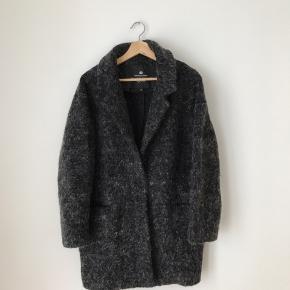 Designers remix overgangsjakke i str 36. Jakken indeholder 57% uld og 15% mohair. Fremstår næsten som ny.  Kan afhentes i Ørestad eller sendes på købers regning.