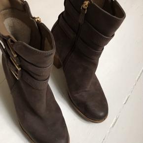 Helt nye Ecco ruskinds støvletter med lækkert blød foer. God lynlås.  Ny pris 1899kr