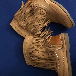 Super fine støvler i str. 38. Stoffet er ruskindslignende stof. Fejler intet og er kun brugt 2 gange.