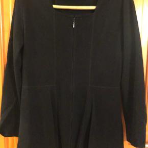 Fin feminin bluse med lidt svej  Lynlås der åbnes begge veje