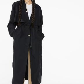 Flot sort og klassisk trenchcoat fra Monki. Jeg har kun brugt den én gang, så den er nærmest ny.