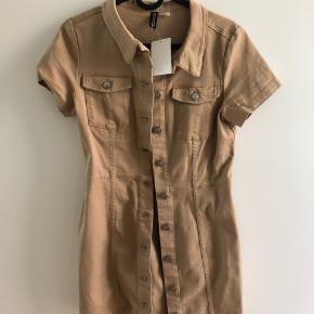 Er desværre for lille. Utility/denim kjole med knapper.