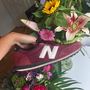 New Balance sneakers i farven bordeaux rød str. 38 👟  Byd gerne kan både afhentes i Århus C og sendes på købers regning 📮✉️
