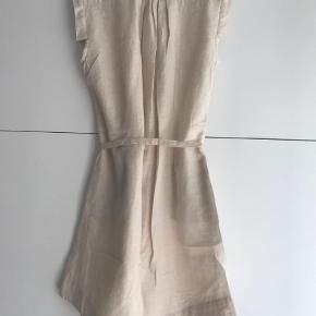 Varetype: Midi Farve: Creme  Skøn kjole med diskret glimmer i stoffet. Kan både bruges med og uden bælte