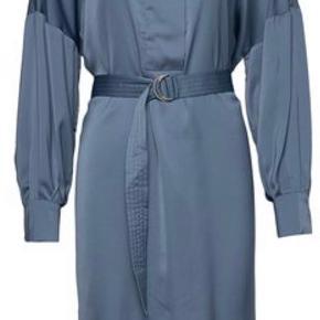 """Smukkeste blå silke  kjole fra Munthe- model """"Exhale"""".  Købt til en konfirmation der desværre blev aflyst, sælges der helt ny med prismærke på."""