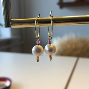 Små creoler med ferskvands perle og gul og lyserød miyuki perle.💮 Prisen er inkl Porto