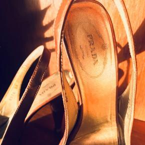 Klassisk PRADA Milano stilet. str.: 38   vurderet til np: 3400,-  * 100% ægte og købt i vintagebutik. * Størrelsen passer til en 38-39. * Slå gerne serienummer op: 8576 38.  * 10,5 cm høj, velformet og behagelig sko. * Fremstillet i blødt, brunt kalvelæder. * Brugsspor fremgår af billederne.  Jeg handler med Tradono og sender derfor med DAO, så vi begge er forsikrede - grundet den høje værdi i din pakke. Spørgsmål og bud er velkomne!  Sælger ud af mine flotte sko, da jeg er kvinde og ejer for mange sko (hvis du spørger min kæreste).😅