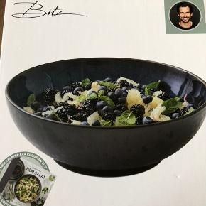 Bitz salat skål helt ny farve blå / sort  Kan hentes i 6818 årre eller medbringes til broen i Esbjerg