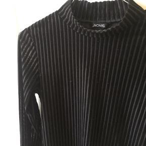 Smuk højhalset bluse med striber i velour. Er en anelse cropped i længden.