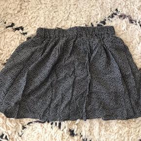 Kort og flowy nederdel i str 38 fra Camaïeu. Koster 20kr ekskl. fragt 🌸