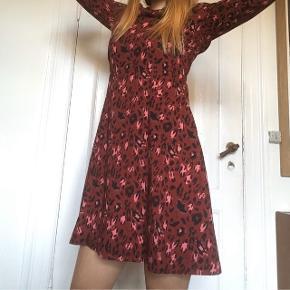 Næsten ikke brugt rød leopard kjole fra stories - med virkelig fin rund ryg 🐙