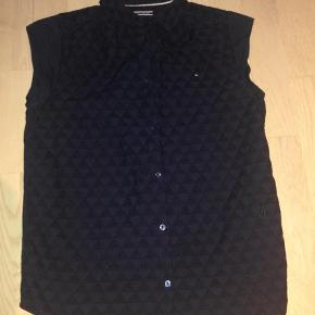 Varetype: Skjorte Størrelse: 176 Farve: Mørkeblå  Bomuldsskjorte - brugt 2 gange.