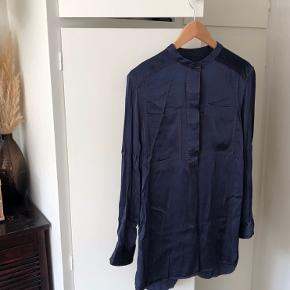 """Lækker skjorte fra Levete i super flot blå farve og """"brune"""" syninger. Brugt 2-3 x."""